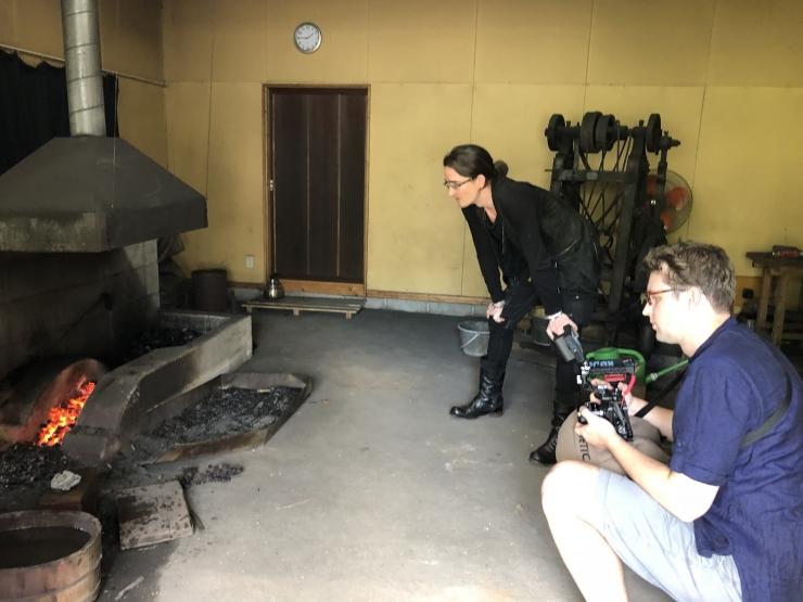 京都にある鍛刀場での取材撮影の様子
